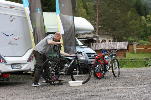 Steffen und Ralf bei der Bikepflege